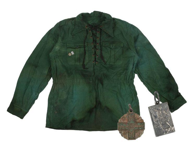"""""""Cămaşă verde"""" legionară, cu 2 însemne tip medalion, unul """"Ajutorul legionar"""", înfățișându-l pe Arhanghelul Mihail, respectiv """"Lupta de la Majadahonda"""", simboluri ale Legiunii"""