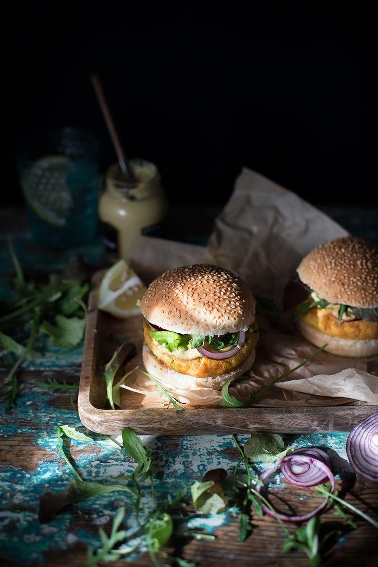 Panino con burger di lenticchie rosse, misticanza e senape