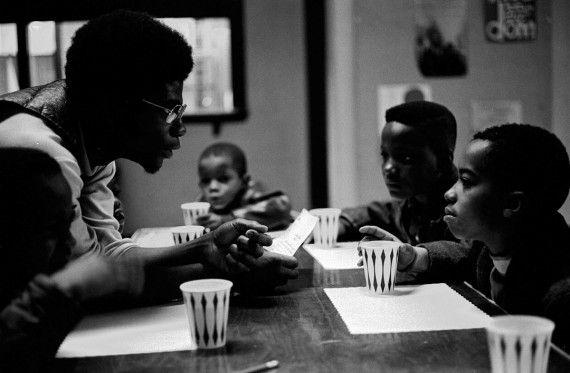 Desayunos para los niños, clínicas gratuitas, planes anti-droga, clases de derecho y economía, además de talleres de autodefensa y primeros auxilios, fueron la cara social más visible de la organización de los panteras negras.
