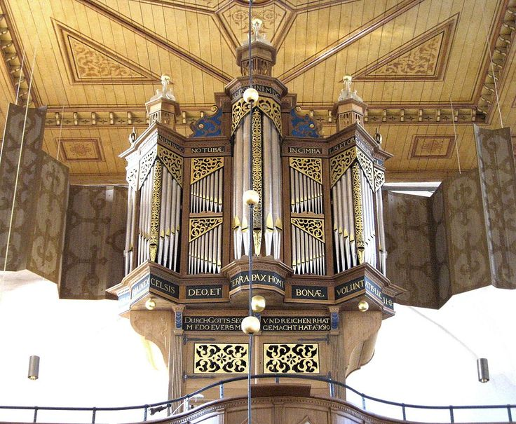 Die Orgel der evangelisch-lutherischen Kirche in Osteel, Ostfriesland, Niedersachsen.