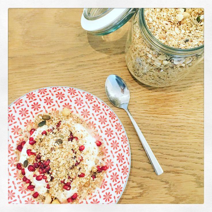 Granola kan je makkelijk zelf maken en als je het in grote hoeveelheden maakt heb je voor een paar dagen/weken ontbijt. Ik vind mijn zelfgemaakte granola echt HEERLIJK. Het is niet alleen verrukke…