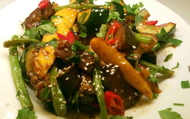 Dit gerecht is ontstaan toen ik een bijgerecht wilde creëren van alle overgebleven stukken groenten en fruit. Ik heb er een Aziatische roerbakschotel van gemaakt!