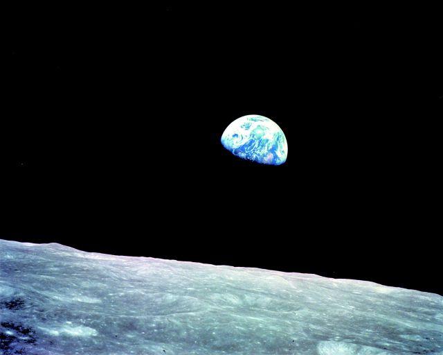 """""""너무나 푸르지만…창백해서 가슴 아픈 나의 지구여!"""" 1968년 12월24일 아폴로 8호에서 우연히 잡힌 사진 'earth rise'(지구돋이)는 암흑 속 우주를 외로이 항해하는 지구의 모습을 보여주면서 우리에게 전혀 새로운 질문을 제기했다. 1970년대 이후 환경운동과 환경정치가 전면화됐고, 지구를 관계의 복합체로 보는 '가이아' 이론이 등장했다. <과학 뉴스 : 한겨레>"""