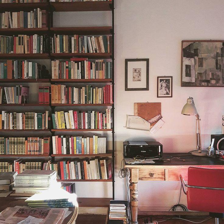 #alterazioniviniliche #homesweethome #midcenturyinterior #lovebooks #interiordesign #livingroom