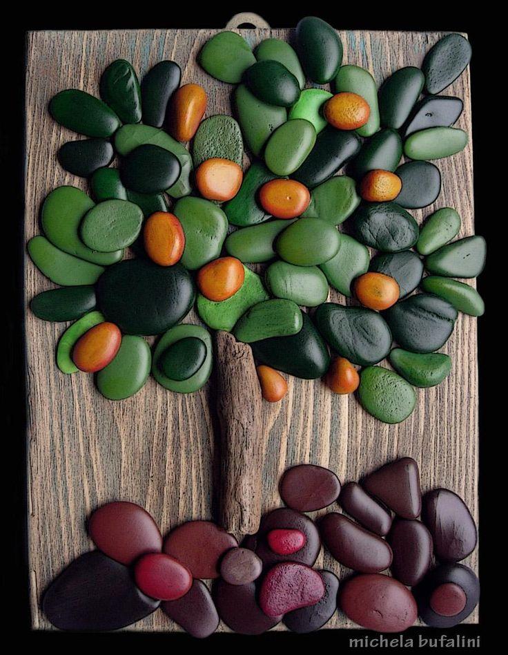 assemblaggi di sassi dipinti a mano e al naturale su basi di legno
