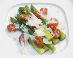 Grüner Spargel mit Kirschtomaten und gehobeltem Parmesan
