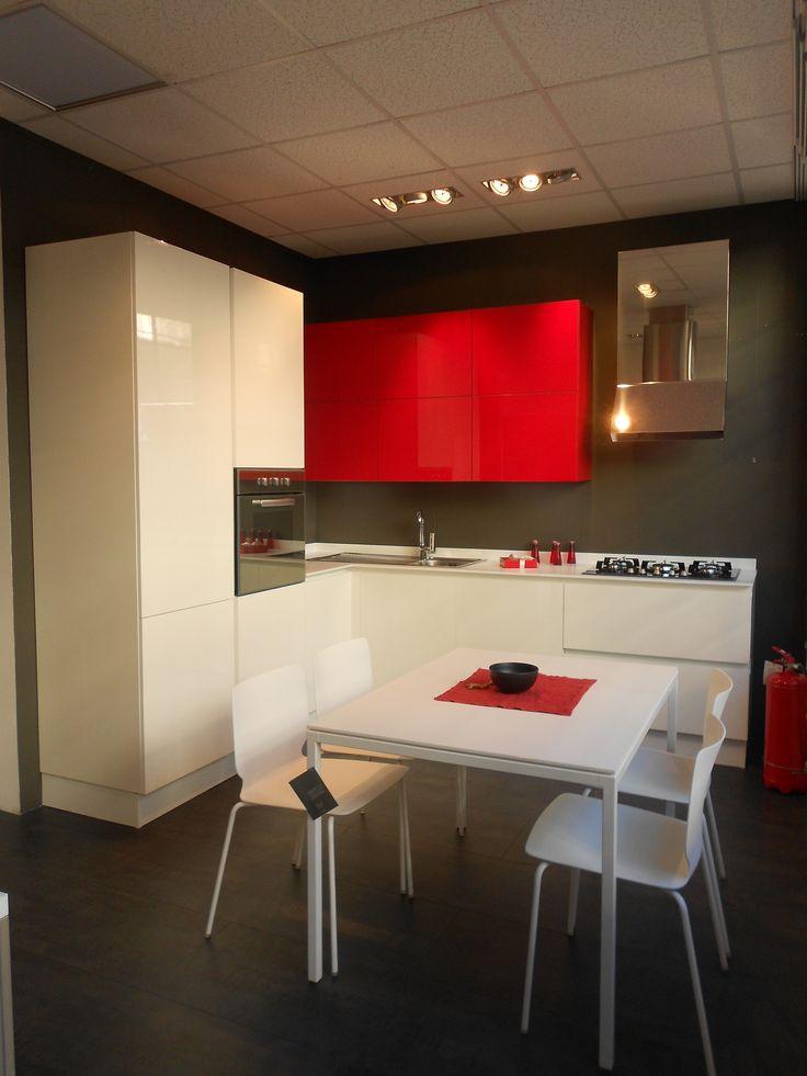Cucina CESAR design modello ARIEL in finitura eco-gloss colore bianco, pensili con 2 ante apertura vasistas in finitura eco-gloss color rosso, struttura color rosso. Maggiori info su: http://www.outletarredamento.it/mobilgross