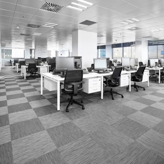 Šedá podlaha z tkaného vinylu ntgrate v kancelářích, BOCA Praha. / Grey flooring from woven PVC ntgrate in office, BOCA Praha.  http://www.bocapraha.cz/cs/produkt/1061/gentle-ctverce/