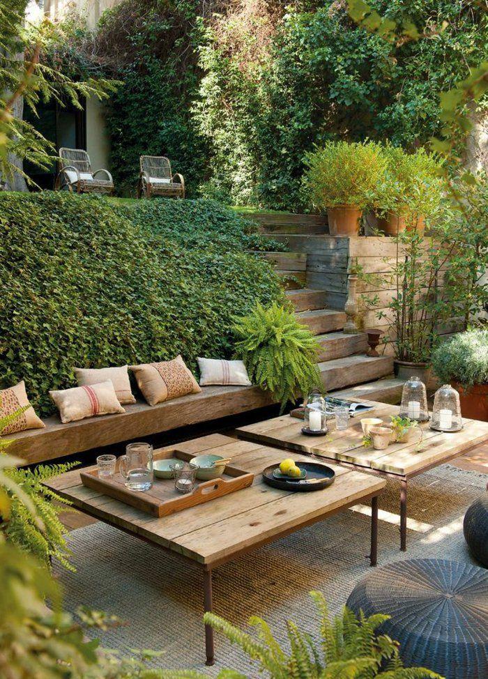 salon de jardin avec lierre vert, meubles de jardin, table basse de jardin en bois, lierre verte, meubles de jardin en bois