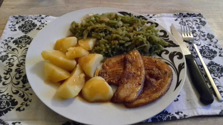 snijbonen met ui, gekookte aardappelen en speklapje