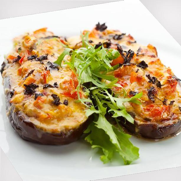 Esta receta de berenjenas rellenas de verdura es una opción vegetariana saludable y muy mediterránea. El plato es fácil y siempre resulta un éxito.