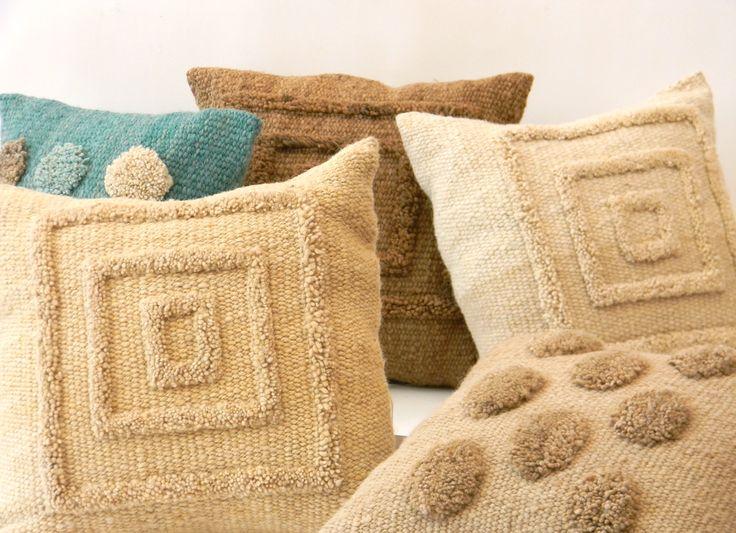 Almohadones tejidos en telar, con lana pura de oveja. www.tiendadecostumbres.com.ar