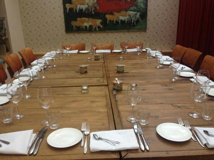 Vierkante bistro-tafels. Aaneen te schuiven als een grote tafel. Gemaakt van (on-) gebruikt steigerhout. Elk formaat en in elke kleur leverbaar. Bekijk ons volledig portfolio via: www.facebook.com/DeJongVintageDesign of vraag vrijblijvend een offerte aan via: DeJongVintageDesign@Gmail.com