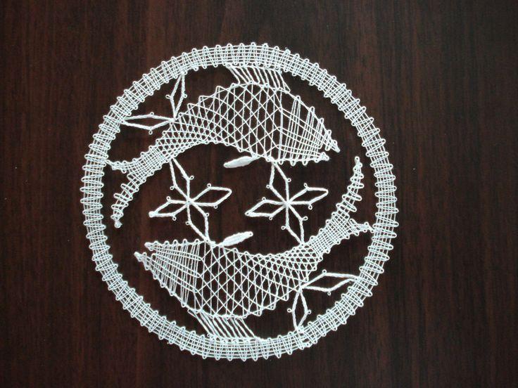 Znamení zvěrokruhu - ryby Ryby jsou paličkovaná krajka z bílé kordonetky o průměru 13 cm určené k zarámování či do pasparty.