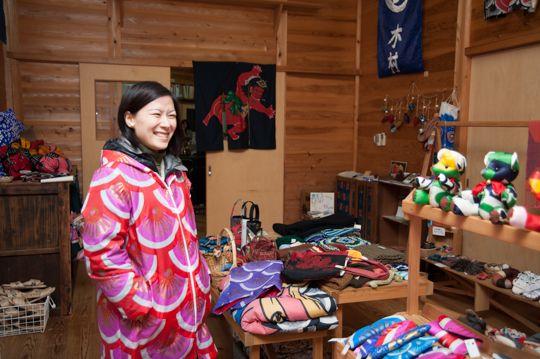 坂野さんが着ているレインコートも鯉のぼりのリメイク! とってもキュートです _D3N4146