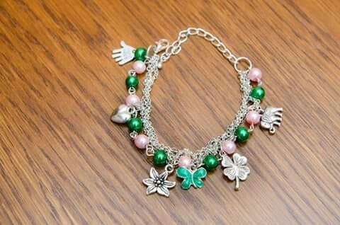 """Bratara """"Charms"""", este realizata din perle de sticla colorate si accesorii argintii."""