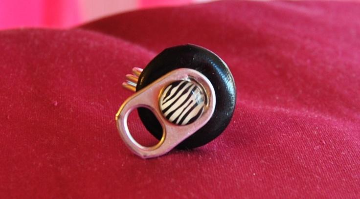 anello con  bottone nero in pelle con applicazione di una linguetta della birra e bottoncino zebrato €10,00  hand made