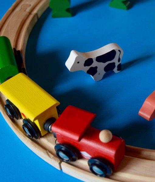 Aceasta colecție simplă de trenulețe are 22 piese din lemn colorate cu vopsele organice. Pe sinele, care se pot construi și în formă de cerc, da nu numai, circulă un tren cu două vagoane și are și alte 8 figuri stabile de bază pentru joc.