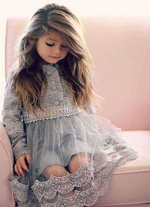 So eine Puppe! Nettes Bild des kleinen Mädchens in nettem und schnüren sich oben Ball
