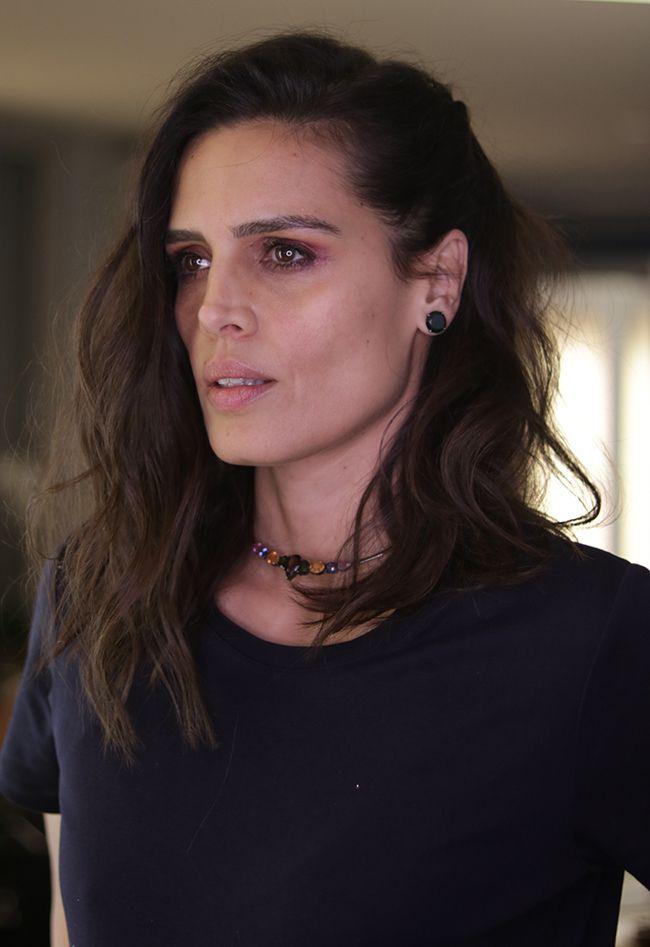 No estilo da Cássia Ávila, modernidade e sofisticação caminham juntos. Ela pediu ao Marcos Proença o cabelo preso de lado com ondas bem naturais.