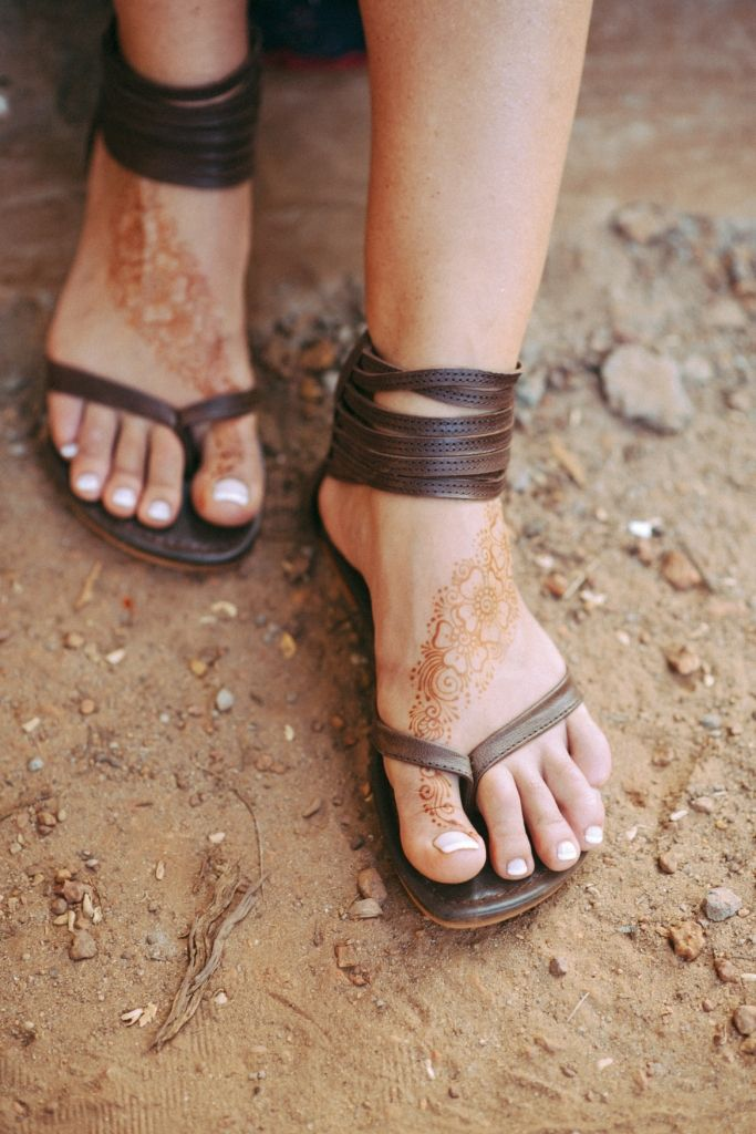 Molle. Brown leather thong sandals