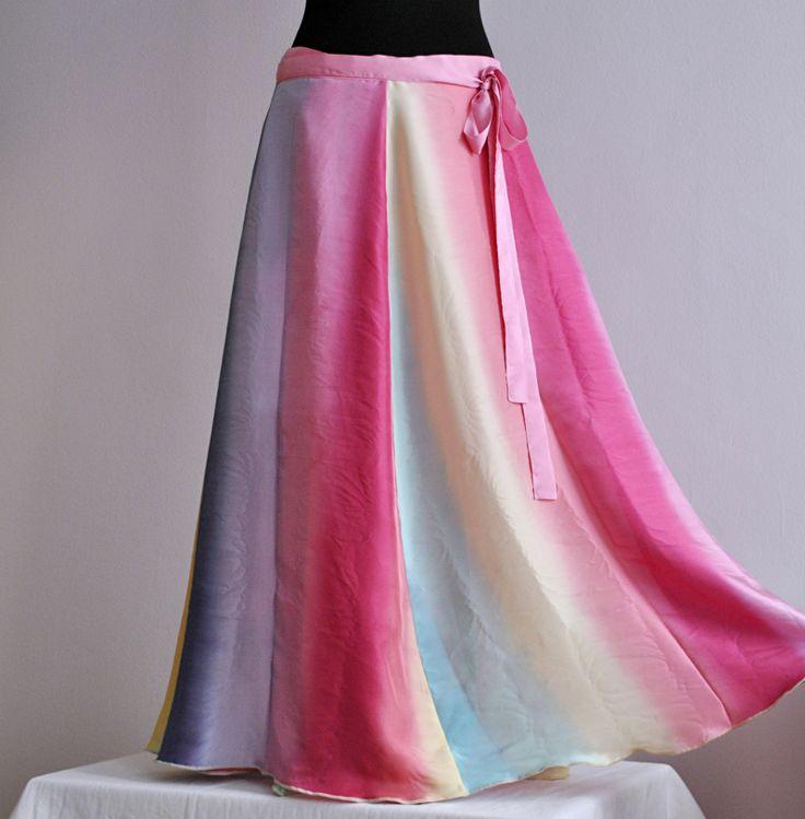 Jsem+DUHOVÁ+VÍLA..dlouhá+zavinovací+hedvábná+sukně+Hedvábná+zavinovací+sukně+se+spodničkou.+Vílí+duhové+barvy...+(foto+je+ilustrativní,+sukni+šiji+na+objednávku)+Působí+velmi+žensky+a+je+neuvěřitelně+příjemná+na+nošení.+Rozšířený+6ti+dílný+střih,+nahoře+není+řasená,+přizpůsobím+vašim+mírám.+Je+celkem+univerzální+díky+zavinovacímu+efektu.+Dlouhá...