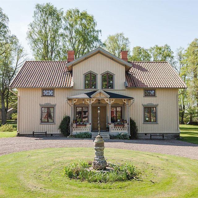 Ibland kommer jag på mig själv med att gå runt och beundra vårt hus med ett stort fånigt leende på läpparna. Grannarna måste ju undra vad det är för en skum typ som har flyttat in  #älskart #sekelskifteshus #1870 #yellowhouse #gulthus #byggnadsvård #oldhouse #minplatspåjorden #livetpålandet #house #hus #mitthus #myhouse #trähus #scandinavianhome #nordichome #lovemyhouse