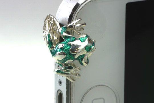 新作のiphone5専用イヤホンジャックアクセサリーです矢毒カエルをモチーフ」にデフォルメを行い鮮やかな色彩のエナメルで着色を施しました。緑、黄緑、赤、紫、オ...|ハンドメイド、手作り、手仕事品の通販・販売・購入ならCreema。