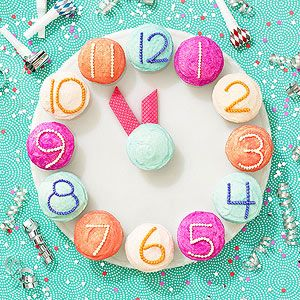 New Year's Eve Countdown Cupcakes: The movable cookie hands on this New Year's cupcake clock mark the minutes until midnight -- or the last bedtime of 2013.: Idea, Countdown Cupcakes, Eve Cupcake, New Year'S Cupcakes, New Years Eve, Treat
