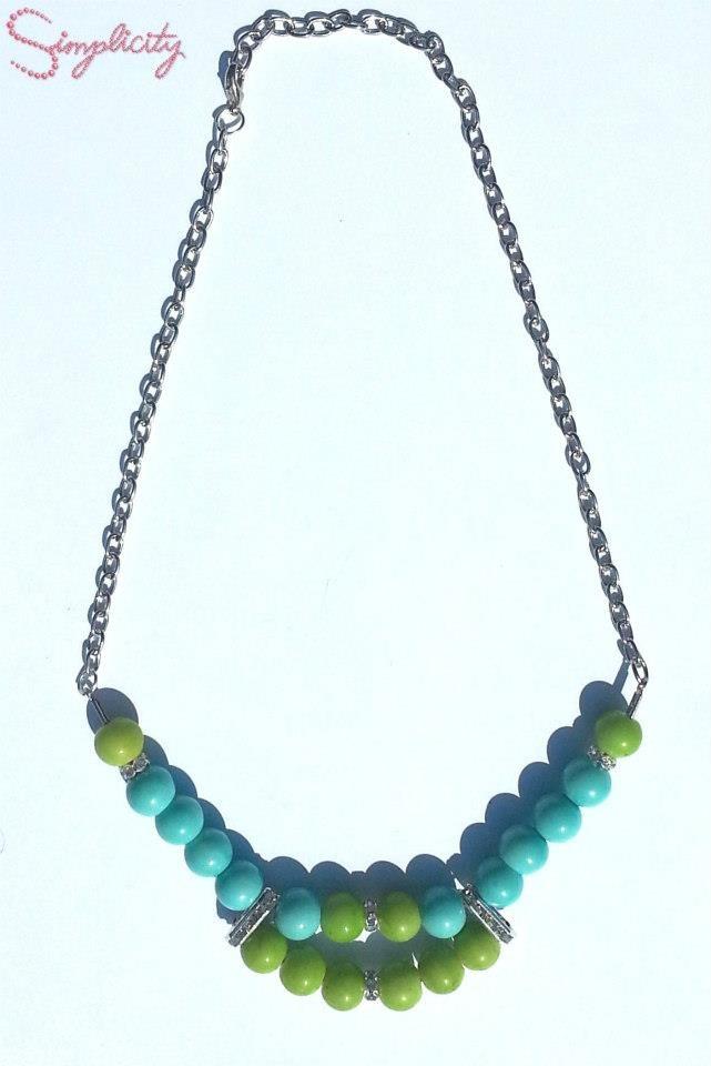 Colier handmade din perle verzi si turcoaz, accesorizat cu insertii argintii.  Pret: 40 Lei