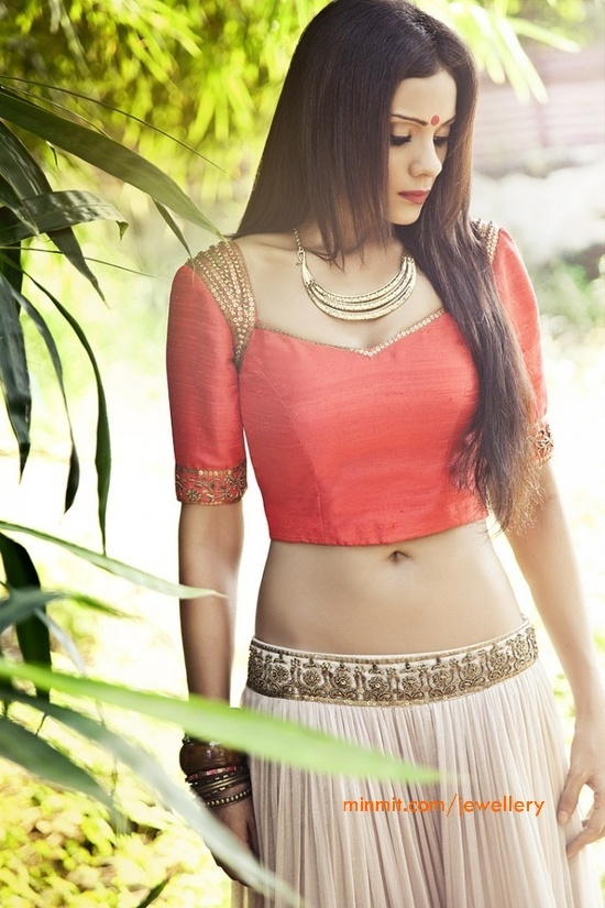 sapana-amin-lehenga-and-gold-necklace