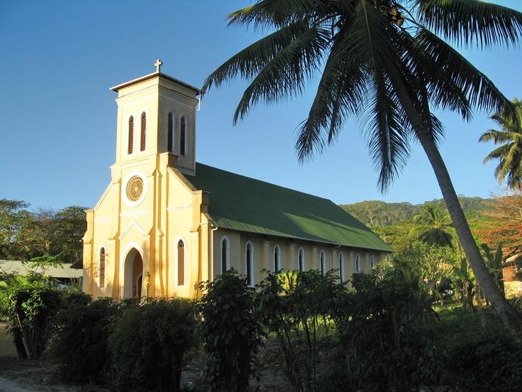 Iglesia en la Digue, Seychelles. Los domingos por la mañana a la hora de la misa se pueden oir los cantos alegres en criollo.    Alquilar un coche en el aeropuerto de Mahé: http://www.reservasdecoches.com/es/alquiler-de-coches/Mahe-Island_Seychelles-Airport.html