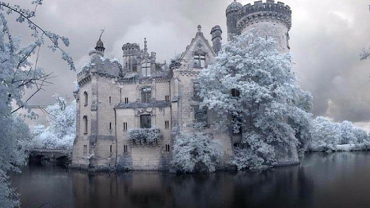 Situé en région Poitou-Charentes, le château de la Mothe-Chandeniers est magnifique. A vrai dire, c'est même un véritable bijou. Seulement voilà, il n'a ni l'aura d'un Chenonceau, ni la réputation d'un Chambord. Résultat, alors qu'il tombe en miettes, tout le monde ou presque s'en moque ! Avant qu'il ne s'effondre totalement, voici l'histoire prestigieuse et les photos désolantes d'un sublime monument injustement abandonné.