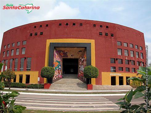 O palco do Festival de Dança e o local de ensino do Balé Bolshoi é o Centreventos Cau Hansen, uma arena multiuso inaugurada em meados de 1998.