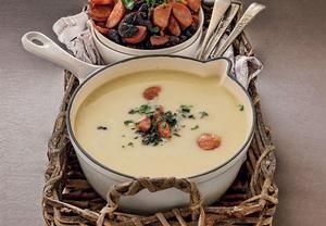 Všechnu zeleninu nakrájejte najemno a restujte ji na másle asi 10 minut. Přisypte oloupané a na větší kusy nakrájené brambory, zalijte vývarem, osolte...