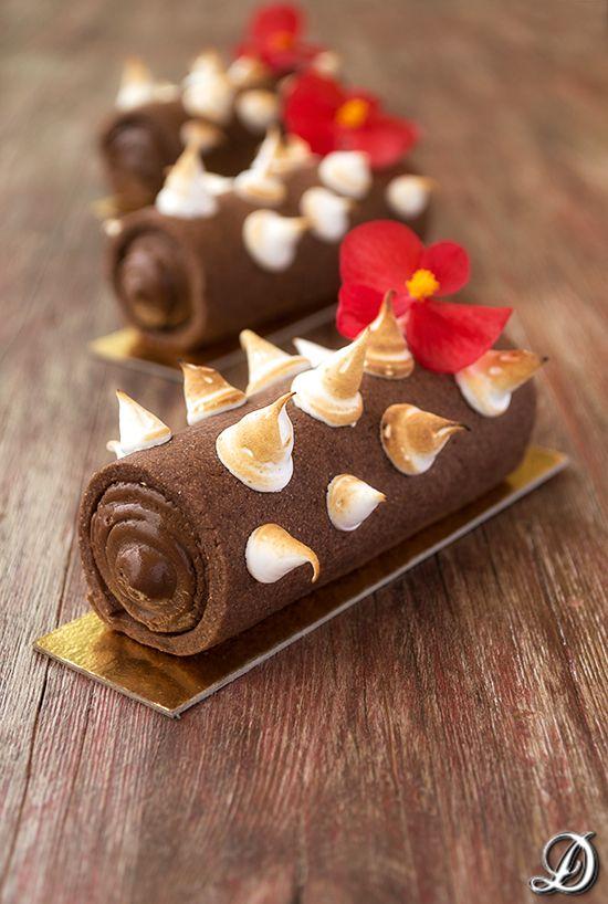 Cilindros de sablée de cacao rellenos de ganache de chocolate y lima