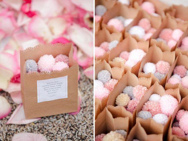 Preciosos pompones de lana para lanzar en una boda, en vez del típico arroz o confeti! / Lovely pompoms to throw at a wedding instead of the typical rice or confetti!