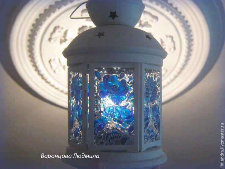 Из глубины веков до наших дней, Старанием мастеров умелых, Русь украшает чудо-Гжель Узором синим в платьях белых... Хочу поделиться с вами, друзья, как создать вот такой нежный, нарядный, сказочный фонарик в стиле «Гжель» в технике витражная роспись по стеклу. Для работы нам потребуется: 1. Витражные краски синих оттенков (я использовала краски разных производителей, незапекаемые). 2.