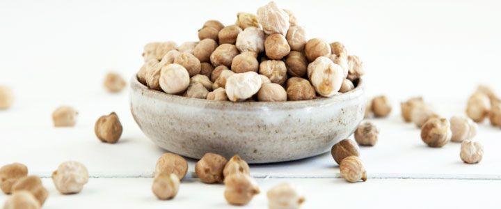 CECI: sono legumi particolarmente calorici, ricchi di proteine, ma anche di sali minerali (come calcio, magnesio e potassio), vitamine del gruppo B e soprattutto di fibre, che aiutano a mantenere una buona regolarità intestinale. Non contengono glutine e hanno un basso indice glicemico.