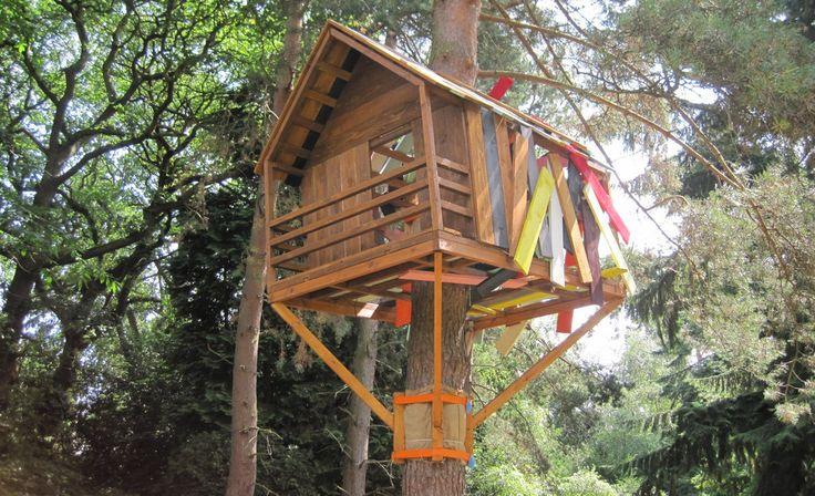 Für viele Kinder gibt es kaum etwas aufregenderes, als ein eigenes Baumhaus zu haben. Wie ein entsprechendes Baumhaus entsteht und worauf zu achten ist, folgt in unserer Anleitung. #heimwerken #Bauanleitung #Garten