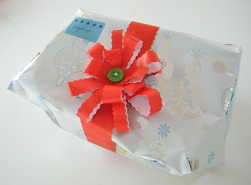best 25 wrapping paper bows ideas on pinterest diy gift bow from wrapping paper paper bows. Black Bedroom Furniture Sets. Home Design Ideas