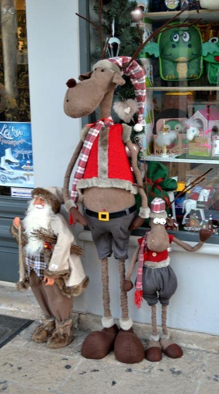 Χριστουγεννιάτικος διάκοσμος στη πρόσοψη βιτρίνας μαγαζιού στην Λευκάδα. 12/2017.