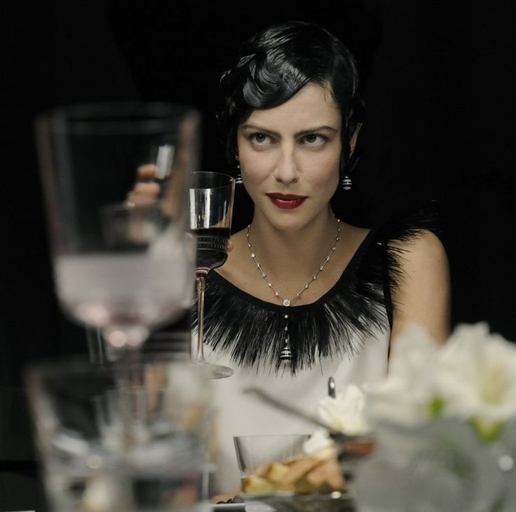 20er-Jahre-Mode-Frauen-Frisur-Rueschen-schwarz-Satinkleid