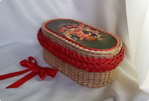 """Приветствую вас дорогие мои соседи! Покажу вам шкатулочки которые я сплела в декабре.  Шкатулка """"Винтажный ангел"""". Размер 30х15х15. Крашено вм клен с водой, трубочки бумага плотностью 45 г/м полоса 10.5 см на спицу 1.5 мм . Коса - красная краска для ткани, бумага 43 г/м полоса 8 см на спицу 1.2 мм.  фото 1"""