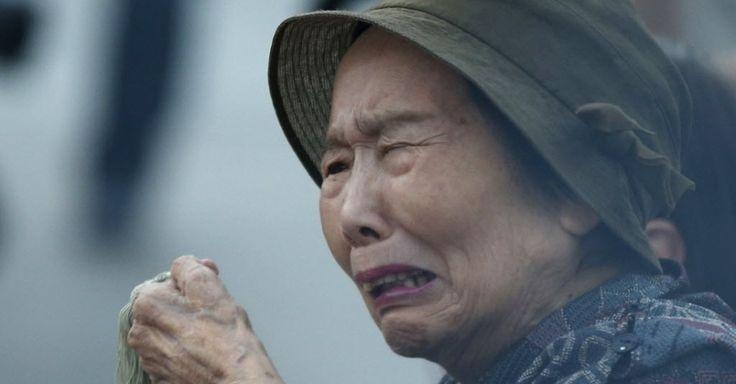 20150806 - Idosa chora enquanto faz oração pelas vítimas do primeiro ataque feito com bomba atômica no mundo, no Parque Memorial da Paz, em Hiroshima, no Japão, nesta quinta-feira (6) - horário local. O Japão inicia cerimônias em memória das vítimas dos ataques nucleares em Hiroshima e Nagasaki, que completam 70 anos, e marcaram o fim da Segunda Guerra Mundial. As bombas, lançadas pelas Forças Armadas dos EUA, mataram entre 130 mil e 220 mil pessoas no total. PICTURE: Toru Hanai/Reuters