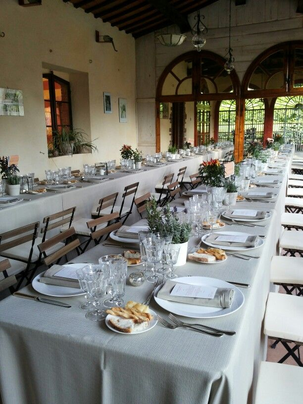 Country chic tables and aromatic plants as special centrepieces