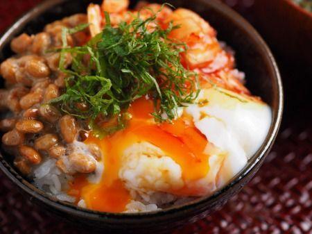 温泉卵でキムチ納豆卵かけごはん 、 朝の即メシ!  ©筋肉料理人