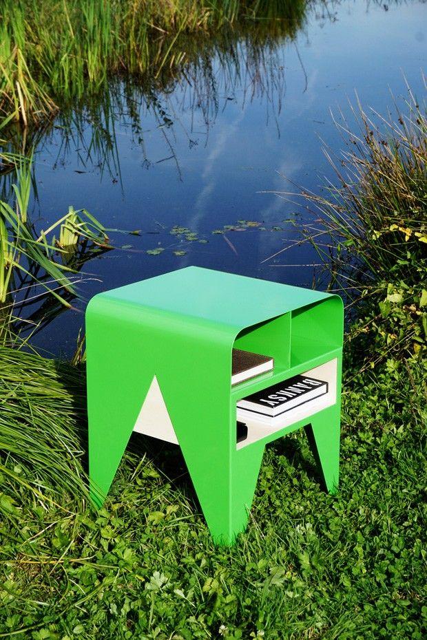 FROG est un petit meuble de rangement / table d'appoint en tôle acier thermolaquée et panneaux de multiplis peuplier, créé par le designer Nicolas Abdelkad
