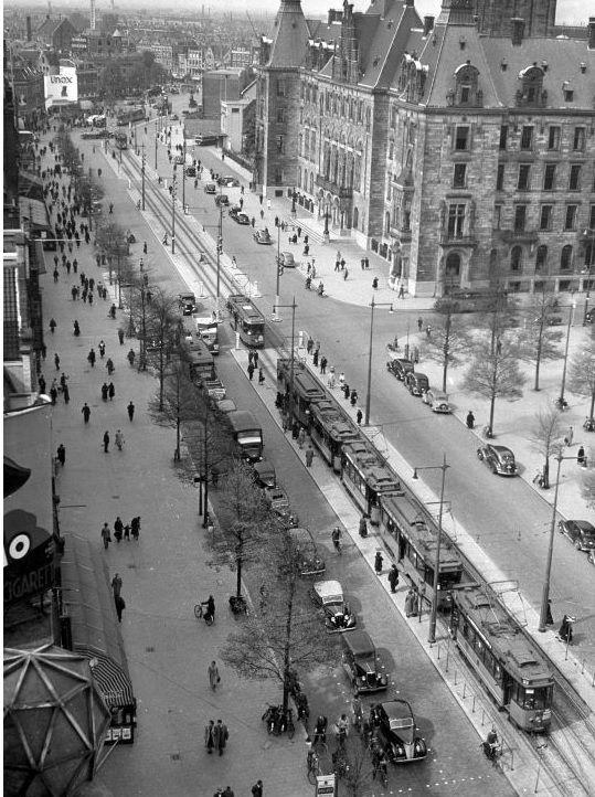 De Coolsingel met het Rotterdamse stadhuis en een rij trams voor de deur in de jaren '30. De foto is genomen vanaf hotel Atlanta. De foto komt uit het archief van Spaarnestad.