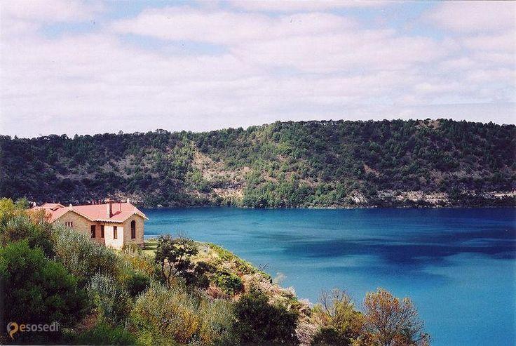 Озеро Синее – #Австралия #Южная_Австралия (#AU_SA) Сила и красота природы удивительны! Это озеро в Южной Австралии образовалось в результате взрыва в кратере вулкана. Сейчас взрывы и потоки раскаленной лавы никому не угрожают, вулкан давно потух, а местные жители могут не только спокойно спать, но и наслаждаться метаморфозами вод Blue Lake, изменяющих в течение года свой цвет от металлического серого до глубокого синего. http://ru.esosedi.org/AU/SA/1000079106/ozero_sinee/